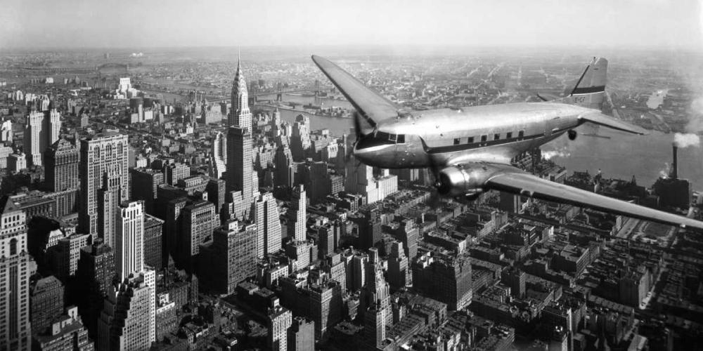 konfigurieren des Kunstdrucks in Wunschgröße DC-4 over Manhattan, NYC von Anonymous