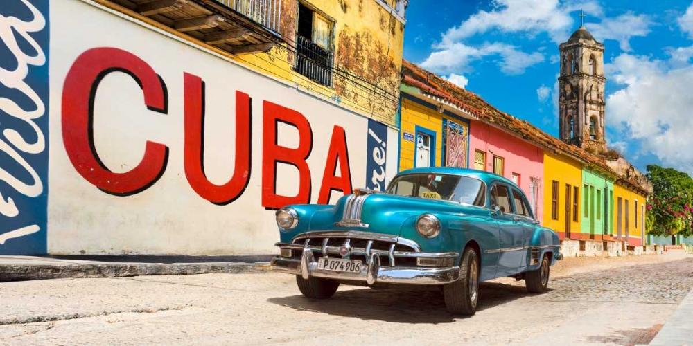 konfigurieren des Kunstdrucks in Wunschgröße Vintage car and mural- Cuba von Pangea Images