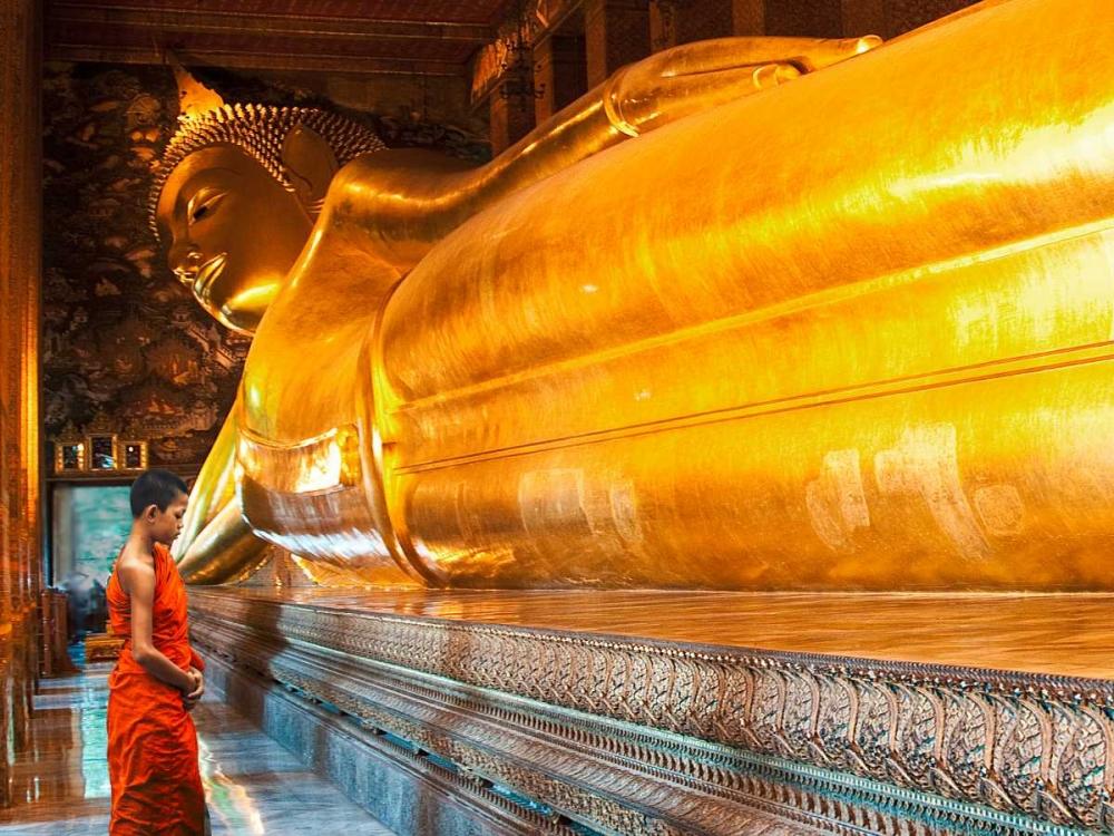konfigurieren des Kunstdrucks in Wunschgröße Praying the reclined Buddha, Wat Pho, Bangkok, Thailand von Pangea Images