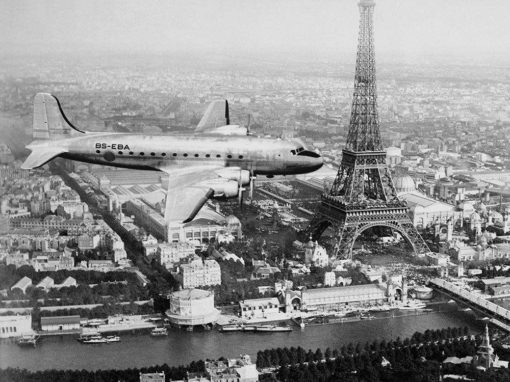 konfigurieren des Kunstdrucks in Wunschgröße Airplane over Paris von Anonymous