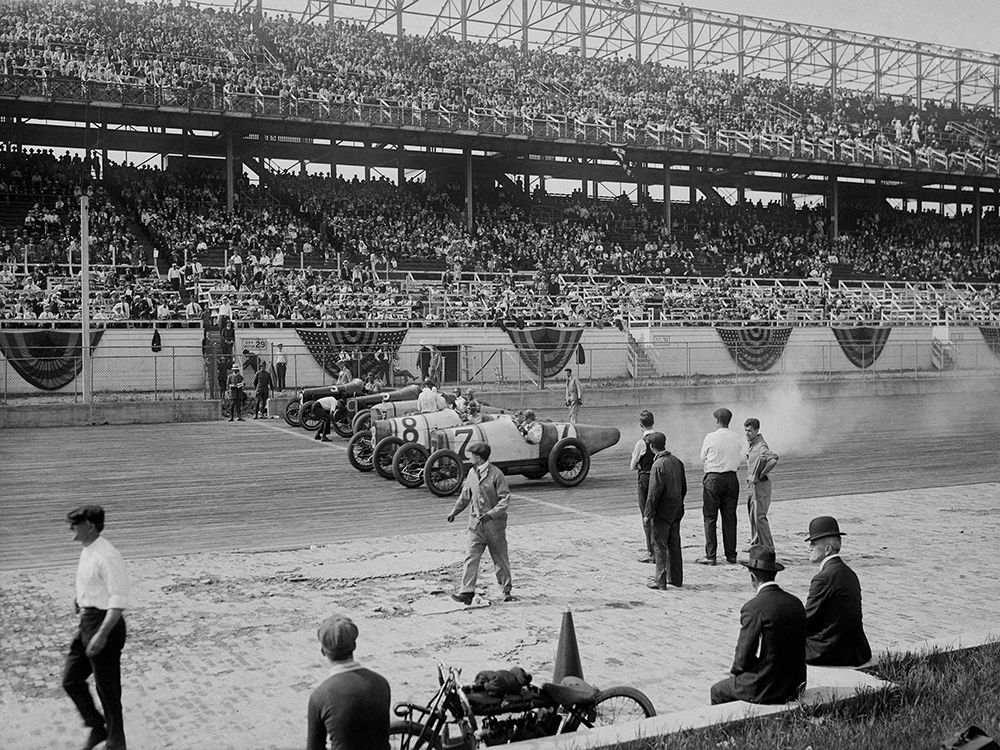 konfigurieren des Kunstdrucks in Wunschgröße Cars at the start line of the Sheepshead Bay Race Track, New York, 1918 von Anonymous