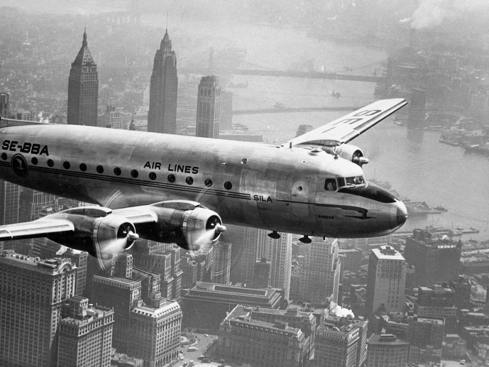 konfigurieren des Kunstdrucks in Wunschgröße Aircraft Flying over City 1946 von Anonymous