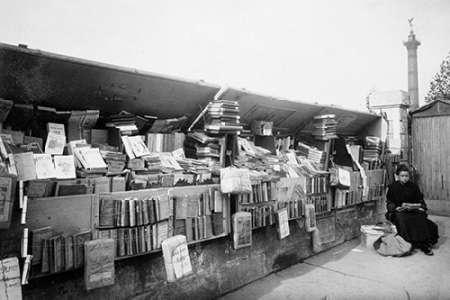 konfigurieren des Kunstdrucks in Wunschgröße Paris, 1910-1911 - Secondhand Book Dealer, place de la Bastille bouquiniste von Atget, Eugene